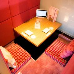 ◆2名様向けのお席◆カップルシートも充実★窓のないタイプのカップルシートです。よりおこもり感の増した空間はおうちの中のようにおくつろぎいただけます。横並びにお食事を楽しめる個室席で二人の距離もより近くに◎お席のご予約も承ります。