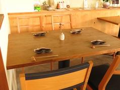 木目調の落ち着いた雰囲気のテーブル席はプライベートなシーンにぴったりです♪