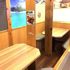テーブル席も敷居で個室に
