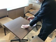 テーブルは、アルコール消毒液で拭き上げをしております(使い捨てペーパータオル使用)