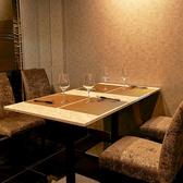 【4名様掛け×2卓】心地良い距離感で会話もお食事もお楽しみいただけます。