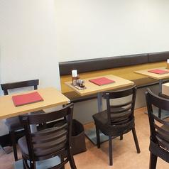 2名テーブル席が5つございます。
