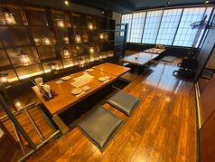 2階の広い空間でゆっくりとお食事を楽しめます。お席をつなげて宴会使用もできます。通常は1卓分お席の間隔を開けてご案内しておりますのでご安心してご利用ください