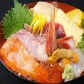 【海鮮丼】お店の外からも新鮮な魚が泳ぐ生簀が覗けます。鮮度抜群のお魚を求めている方は板長へ!