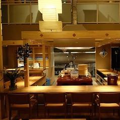 目の前で職人の調理やお米が炊かれるのを見ることができる臨場感たっぷりのカウンター席。席一つ一つが広いのでゆったりとお食事をお楽しみいただけます。また、カウンター席は、引き戸で仕切られ半分個室感覚が味わえる3名席もございます!