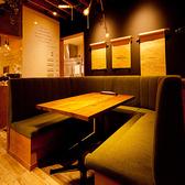 …細部までこだわったスタイリッシュなモダン空間は、広々としたソファ席で女子ウケ抜群!