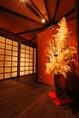 [2]扉をくぐると、暖かい光で包まれる店内…。高級感のある和風モダンな空間が広がります。
