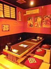 昭和のレトロな雰囲気が漂うアットホームな居酒屋。一人でも大人数でも楽しめる。