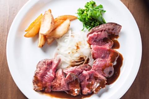 ディナーにハラミステーキと生雲丹の生パスタが評判です。女性飲み放題1000円1.45分