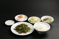 料理メニュー写真【日替わり定食】<本日のおかず/漬物/ミニ奴/サラダ/みそ汁(スープ)/ライス>