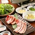 韓国料理の中でも大人気のサムギョプサル!豚肉なので脂身が多いですが、鉄板の上で表面がカリッとなる程度に焼くので、余分な脂は落ちヘルシーになります!お肉と一緒に野菜をとることでビタミンや栄養の吸収がよくなるので、お肌にも健康にもとってもいいです。タレには唐辛子などが入り、発汗作用を促進します♪