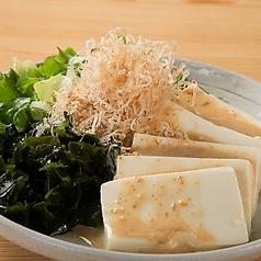 料理メニュー写真豆腐とワカメのサラダ