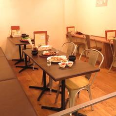 シンプルでゆったり座れるテーブル席!女子会やご宴会、お祝いにもぴったり♪