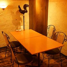 女子会や仕事帰りに最適な落ち着きのテーブル席。