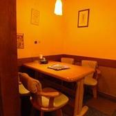 半個室のデートなどにも最適なテーブル席。