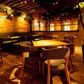 四角いテーブルを囲んで座るテーブル席。かわいい柄の椅子が自慢です★ 普段は3卓ご用意しておりますが、ランチタイムはサラダバーを設置するため1グループ限定。オープンキッチンの目の前なので、調理風景の臨場感や出来たて料理の香りも楽しめます。
