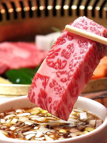 全個室で霜降り黒毛和牛を。自家製ねぎダレが後味の旨味を引立てる。飲放コース5000円