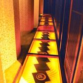 強化ガラス張りの廊下。下は御影石のディスプレイ。