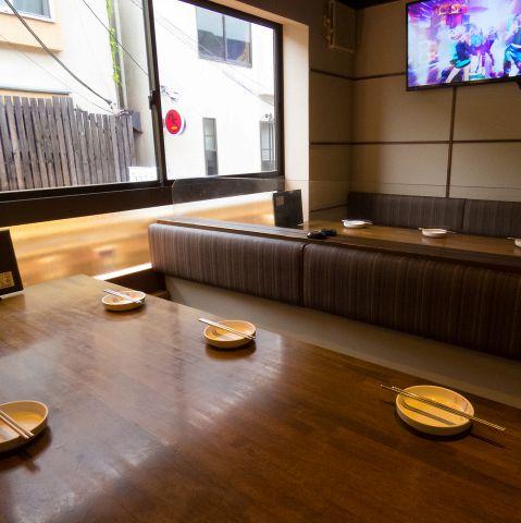 【女子会に】店内テレビもよく見えるソファー席♪女子会・誕生日会・韓流オフ会・お買いものの休憩にと幅広くお使いいただけます☆
