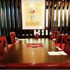 【1階・テーブル席】昭和モダンな空間。都会の喧騒を忘れて心ゆくまでお寛ぎください。