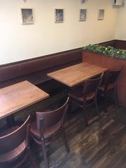 カップルのご来店もおすすめ☆片側ベンチシートのテーブル席です。