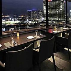 【シーサイドエリア】窓際テーブル席ベイブリッジを一望できる窓に面したテーブル席です。デート利用時の際、非常に人気の高いお席となっております。