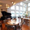 グランドピアノ、スピーカーなど充実した音響設備。