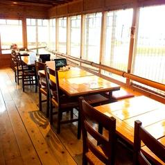 窓側にあるテーブル席はその他のお席と仕切られており、人数によってお席を動かしてご利用頂けます!席を動かした場合、最大15名様までご利用頂けます◎お気軽にスタッフまでお声掛け下さい。