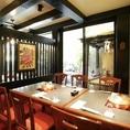 【1階・テーブル席】奥には小さな滝を眺めながらお食事いただけるお席がございます。