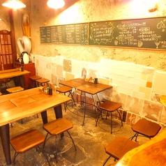木のぬくもり溢れるテーブル席。黒板に書かれた本日のおすすめを見ながらちょっと一呑み♪お友達や同僚と一緒に楽しく盛り上がりましょう♪【6名席×1卓/5名席×1卓/4名席×1卓】