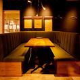 木目調のテーブルが落ち着きと癒しをくれます。デートにぴったりの雰囲気◎