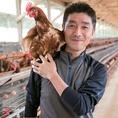 高光養鶏場さんの「味じまん生たまご」は、太陽の光をいっぱい浴びた解放鶏舎自然卵です。【濃厚なコクと甘みのある深い味わい】の新鮮生たまごは、高光養鶏場さんが大切に大切に育てた安全でおいしいたまごをもっと身近に味わってほしいという願いの形です。TKG・だし巻き玉子・親子丼でご賞味ください。