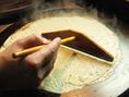 名物!ガレットは薄く生地を伸ばして、丁寧に焼いていきます。