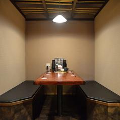 隣の席との間に壁があるのでプライベート感も抜群!友人同士での飲み会や女子会にオススメ♪