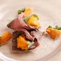 料理メニュー写真大粒ウニのローストビーフ巻(2貫)