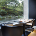 日本庭園に面した和テイストの窓際のテーブル席。
