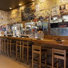 カウンターのお席です。ゆっくりと落ち着ける雰囲気でお食事・地酒・ビールをお楽しみ頂けます!有名人のサイン多数!