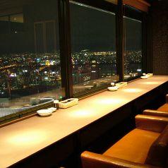 夜景の見える窓際カップルソファー席