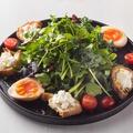 料理メニュー写真●焼いたシェーブルチーズとスモーク風半熟玉子のクレソンサラダ