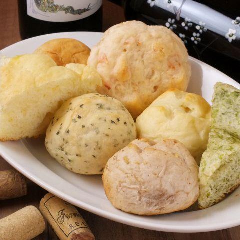 ふっくらおいしいパンはマルヤマのお料理にぴったり。お料理のソースをつけて食べるのもおすすめ。