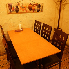 間接照明のお洒落なテーブル席は様々なシーンにおすすめ。