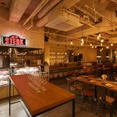 お肉と牡蠣をメインに3つのマーケットを堪能できるマーケット選べる 牡蠣や肉 世界のワイン25種などなど遊べるお店空間は全70席ご用意!!すすきの夜景が見える席やソファーでゆったり落ち着いた空間を選べる空間もご用意 4名様×7+αの30席強までOK