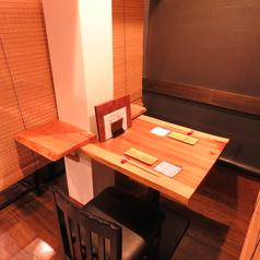 和の雰囲気ある2名テーブル席。気の合う仲間やカップルにも好評の席です。テーブル席は全て御簾で仕切る事が可能です。プライベート感満載のお席です!
