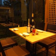 外の景色が雰囲気を一層引き立てる、人気のテーブル席。