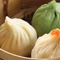 料理メニュー写真三色小龍包(フカヒレ、上海蟹味噌、ヒスイ)、フカヒレ入り小龍包(3個)