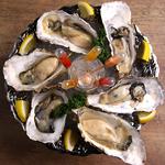 北海道産の新鮮な『生牡蠣』を盛り付けたオイスタープラッター。お好きなソースと一緒にどうぞ!!