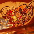 天井に描かれた《七福神》がお出迎え♪とってもインパクトがあるイラストです♪