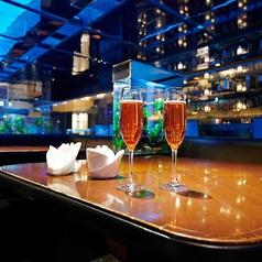 """L字型のソファ席が""""恋""""に効きます。対面ではなく90度にお座り頂くことでお二人の距離もグッと近くなると評判です☆人気のお席は早めのご予約をおすすめ致します!銀座で雰囲気抜群の店内でお酒を楽しむなら【銀座 水響亭】へお越しください!"""