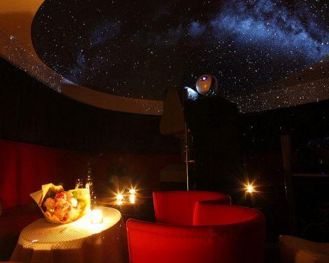 店内に広がる500万個の星を見ながらゆったりとお過ごしください。