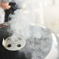 日本のバーベキューと違って 本場アメリカのバーベキューはかたまり肉を豪快にコンロで焼き上げるスタイル。煙で燻して肉全体に煙をいきわたらせて食べる料理は絶品!!ぜひお試しあれ!!!
